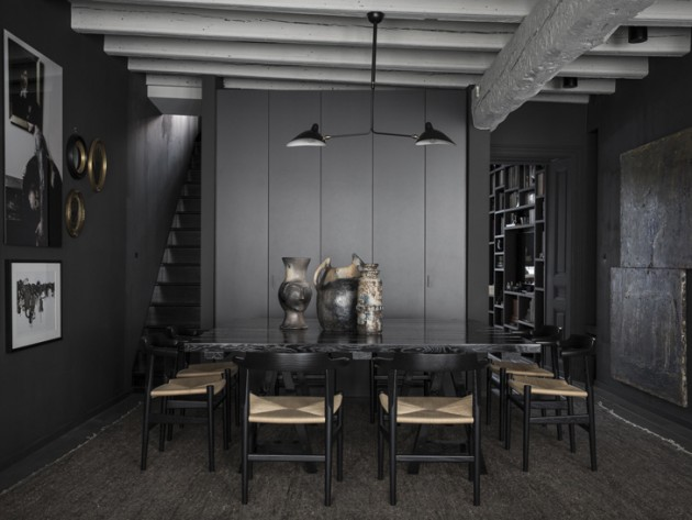 Salle à manger aux murs noirs