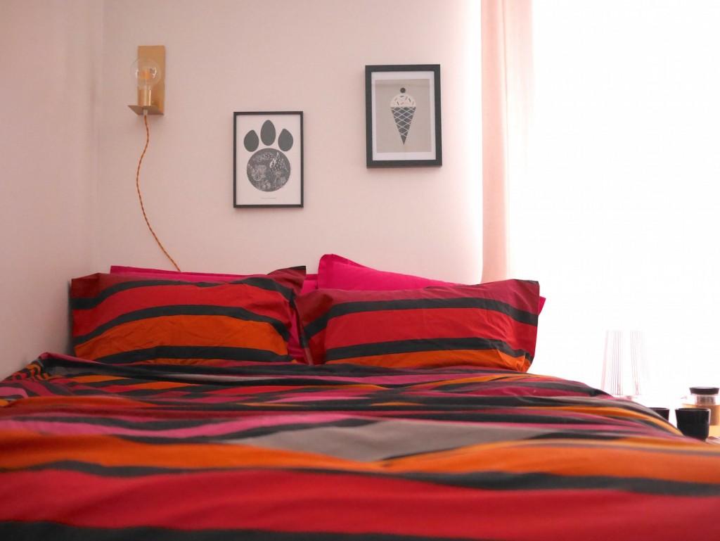 coin lit dans un appartement une pièce