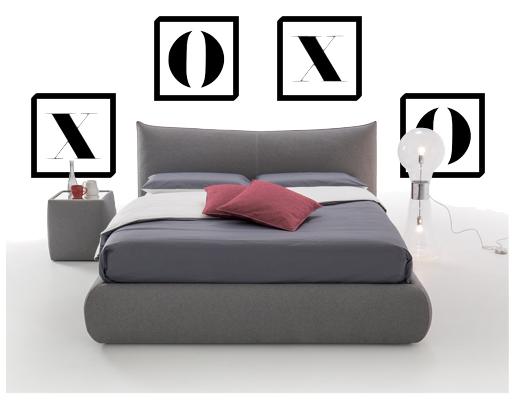 cadres autour du lit et de la table de chevet