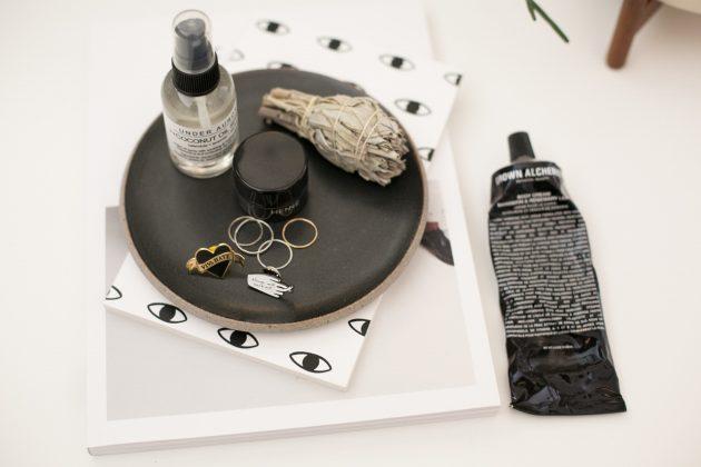 accessoire vide poche oeil pins bijoux table de nuit - blog déco - clem around the corner