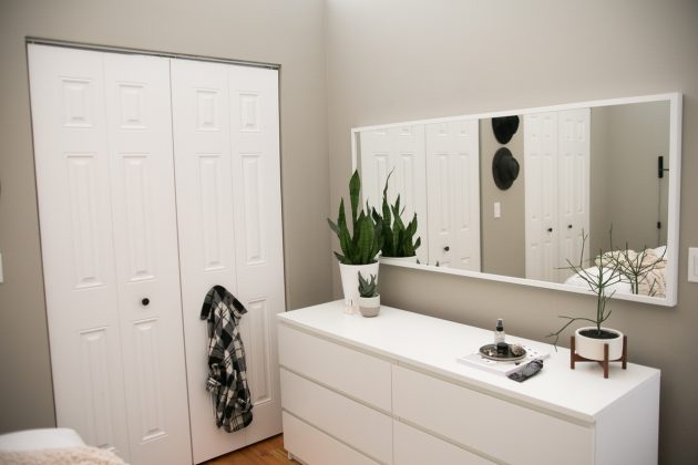 Comment meubler une petite chambre en gris et blanc grand miroir horizontal plante langue de belle mère