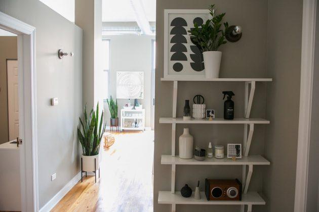 rangement verticale petite étagère scandinave blanche mur gris mini entrée optimisation espace - blog déco - clem around the corner