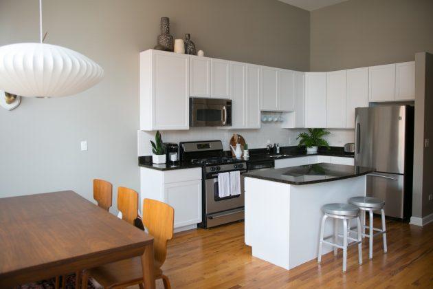 cuisine et salon gris et blanc visite décoration
