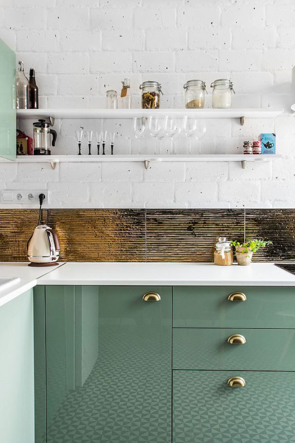 nuance de vert cuisine verte mur meubles vert sauge poignée laiton carrelage deco blog clemaroundthecorner