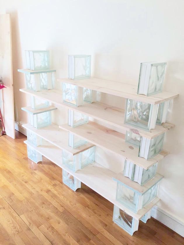 DIY bibliothèque en bois et brique de verre