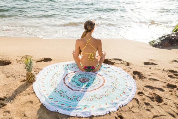 yoga exercice coucher de soleil plage sable ananas