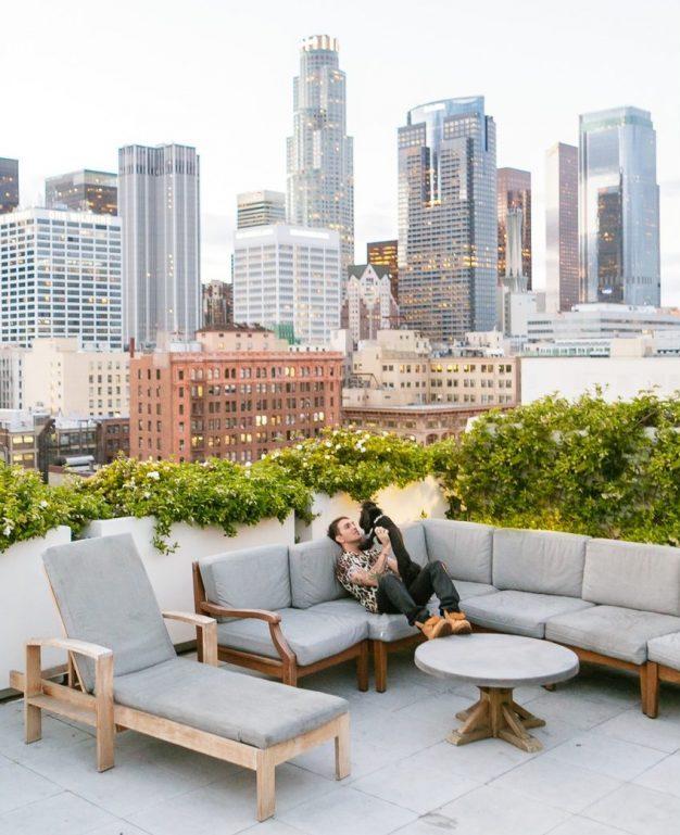 terrasse sur les toits d'un immeuble de los angeles canapé gris bois de jardin