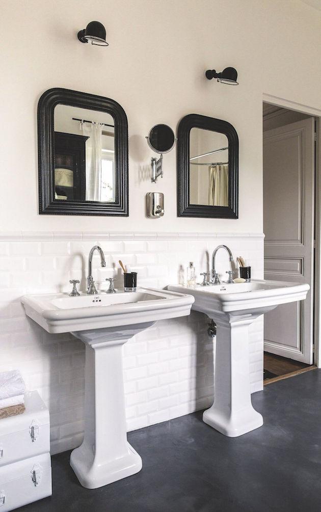 salle de bain noire et blanche style retro 1900