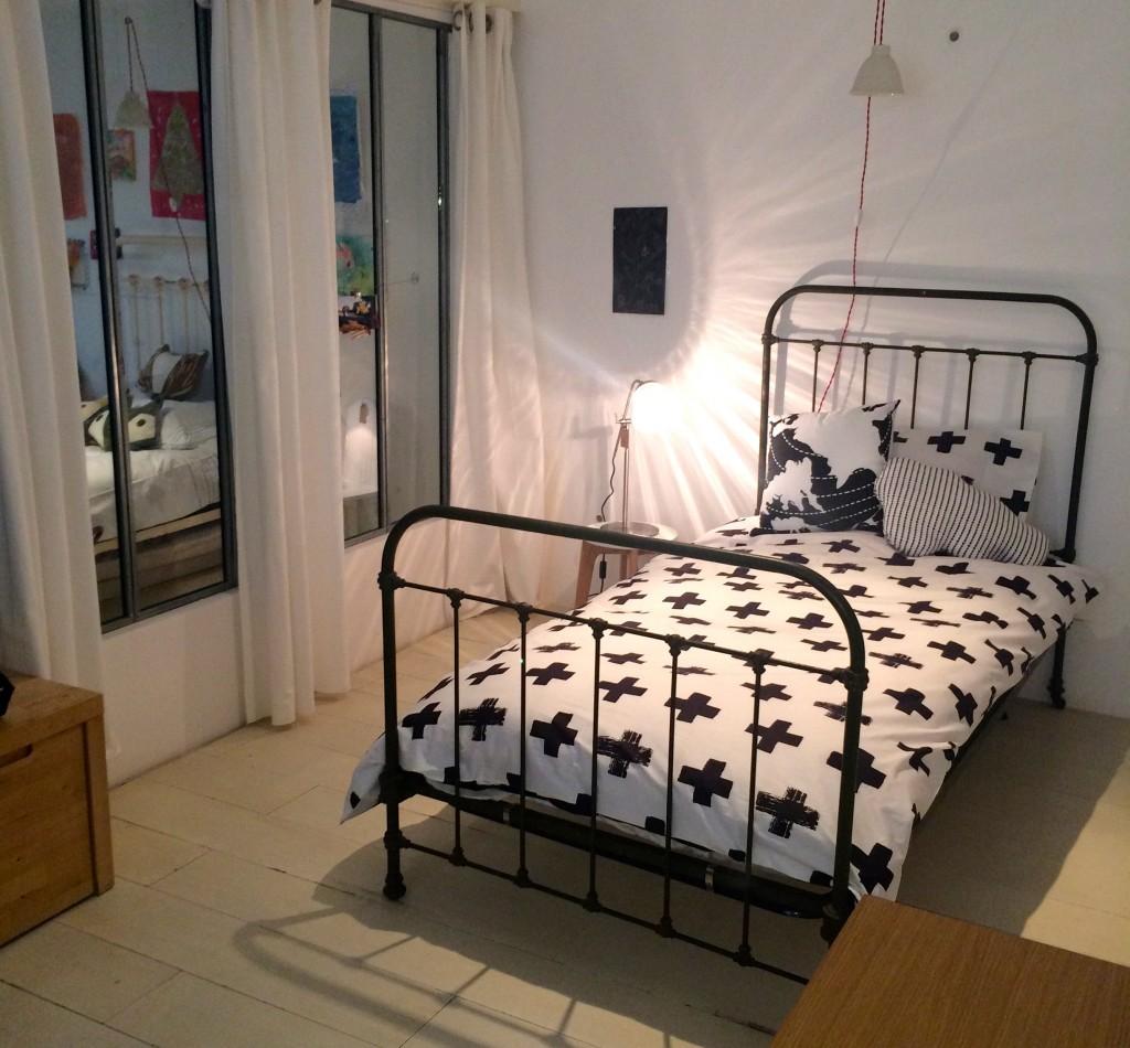 chambre enfant verrière noir blanc lit fer forgé - blog déco - clem around the corner