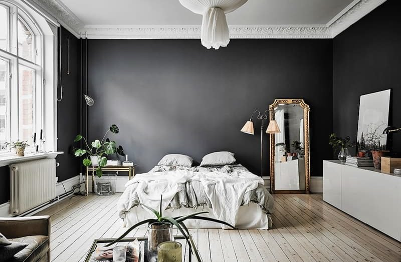 mur noir en d co visite d 39 un appartement incroyable. Black Bedroom Furniture Sets. Home Design Ideas