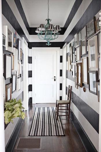 peinture noir blanc couloir long rayures