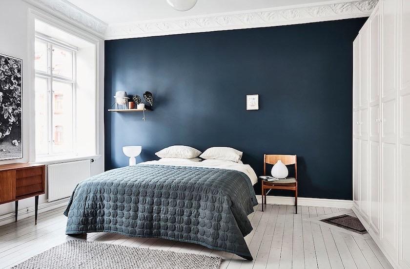 mur bleu dans la chambre : visite d\'un appartement scandinave - ClemATC