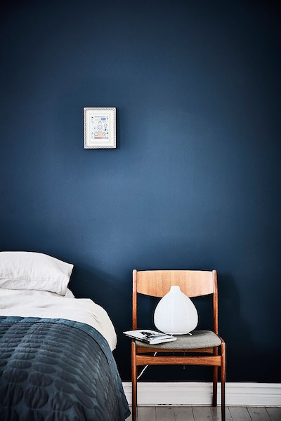 mur bleu dans la chambre visite d 39 un appartement scandinave clematc. Black Bedroom Furniture Sets. Home Design Ideas
