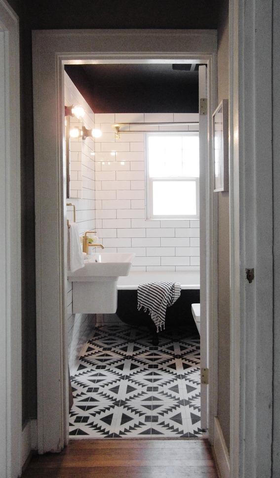 salle de bain blanche et noire laiton