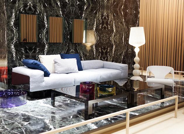 Salon retro chic mur marbre noir canapé gris