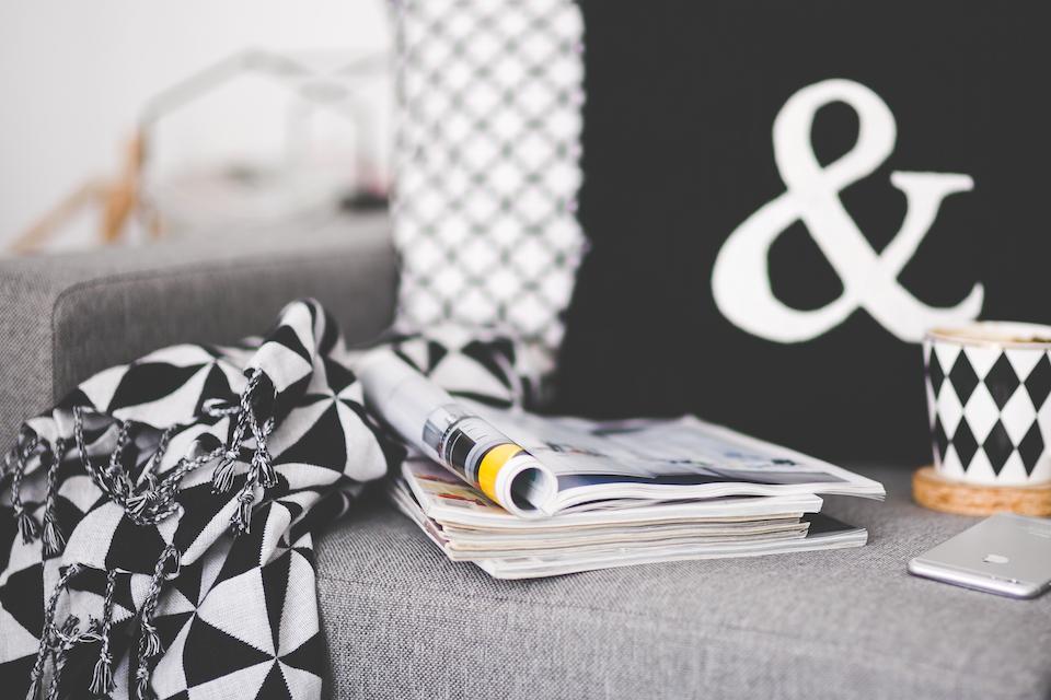 Salon scandinave vue sur le canapé seance lecture magazine