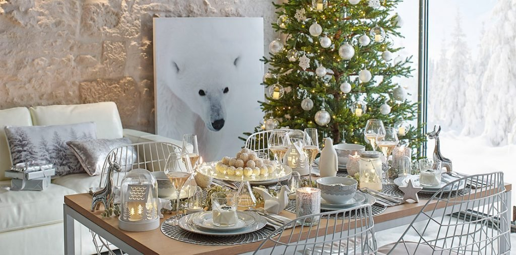 Une table de f tes en blanc et or for Table de noel argent et blanc