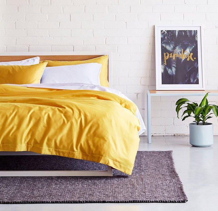 chambre jaune moutarde grise et blanche