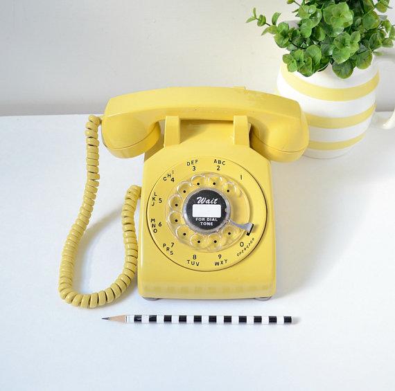 téléphone vintage retro jaune moutarde