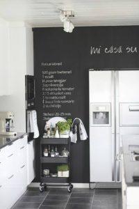 cuisine blanche mur ardoise noir