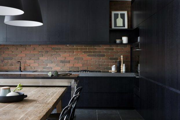 cuisine noire mur de briquettes rouge