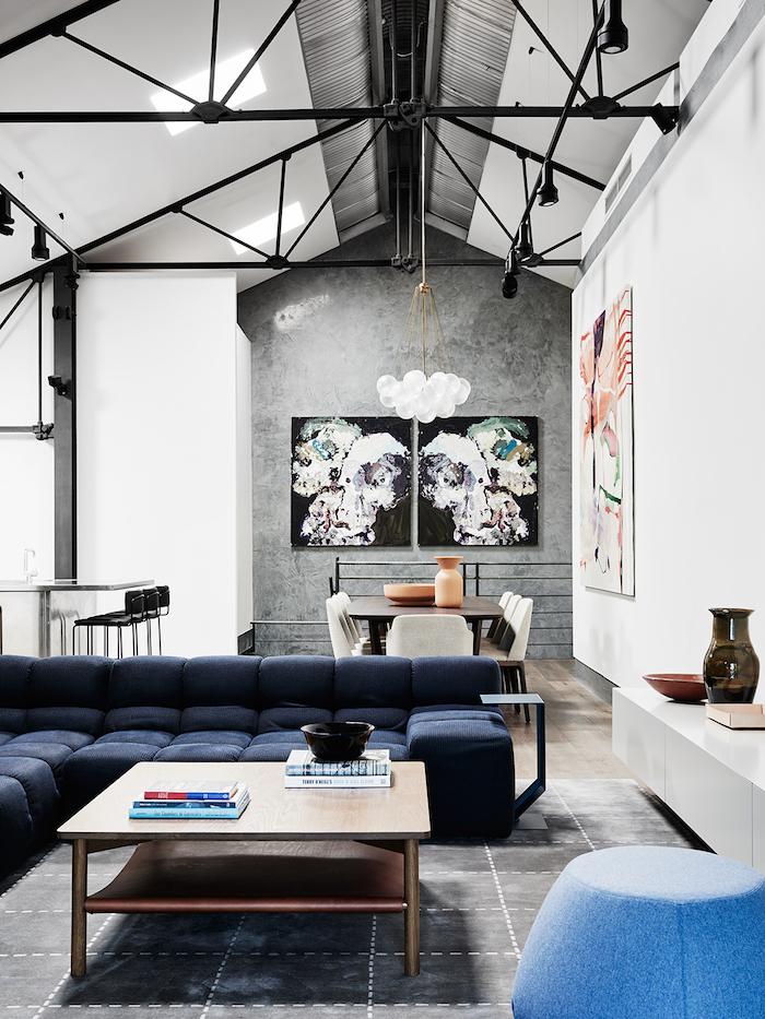 Le canapé de Patricia Urquiola pour B B Italia sublimé dans cet immense loft cosy