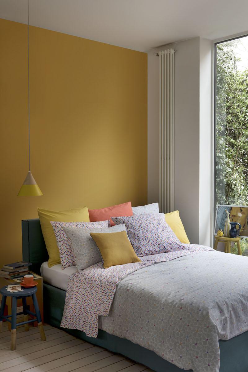 chambre mur jaune moutarde deco bleu canard