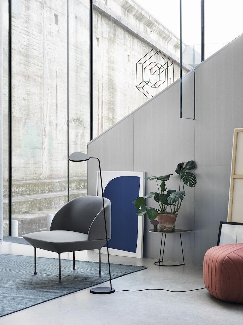 chaise et lampadaire gris minimaliste muuto