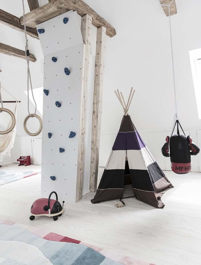 dans les combles de la maison du Danemark une espace de jeux avec tipi et mur d'escalade