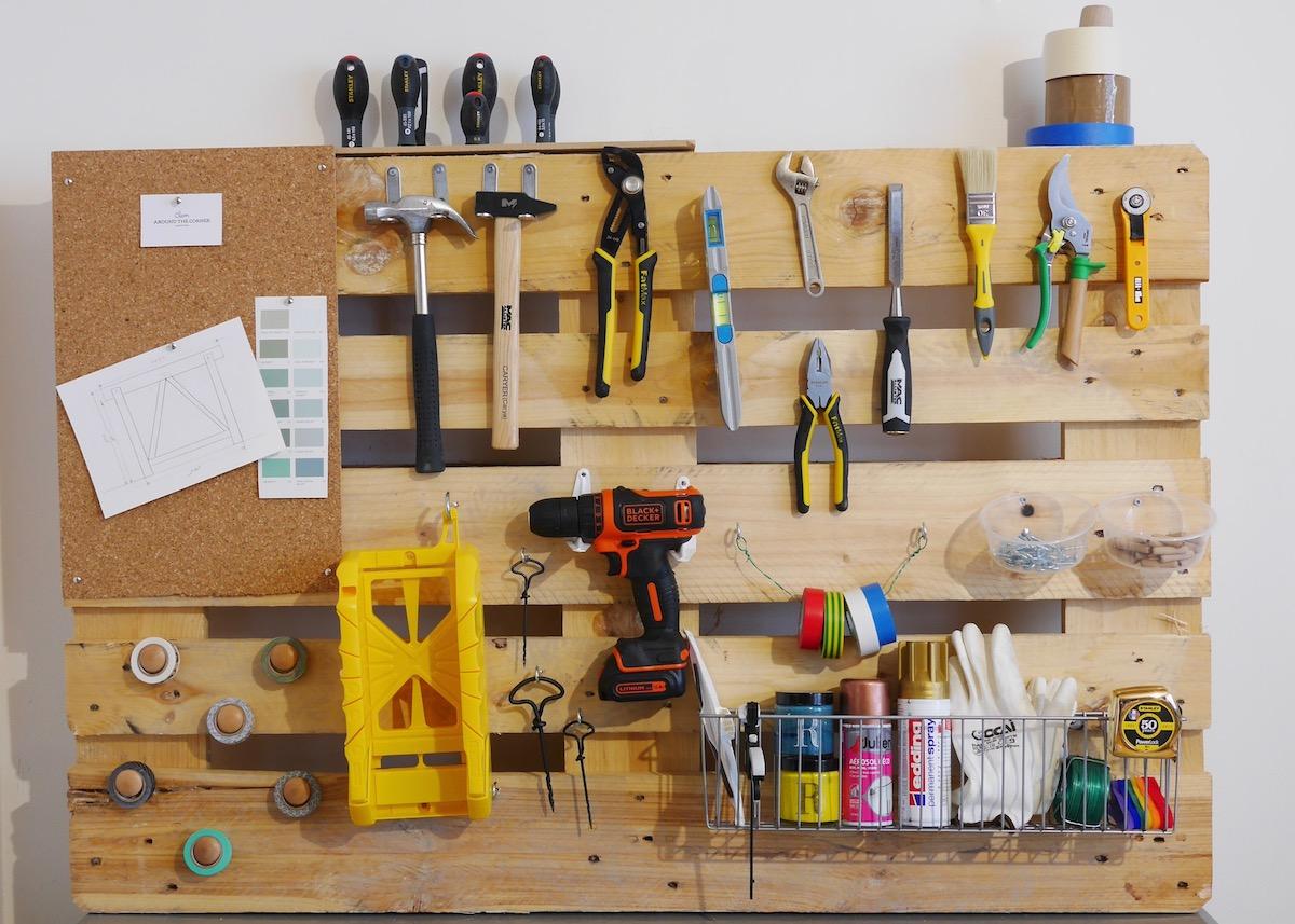 pas à pas diy rangement mural pour outils marteau bricolage