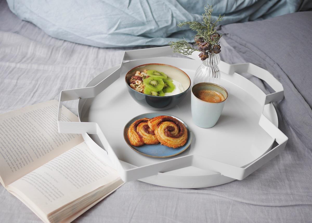 petit déjeuner au lit draps en lin tendance hygge ambiance
