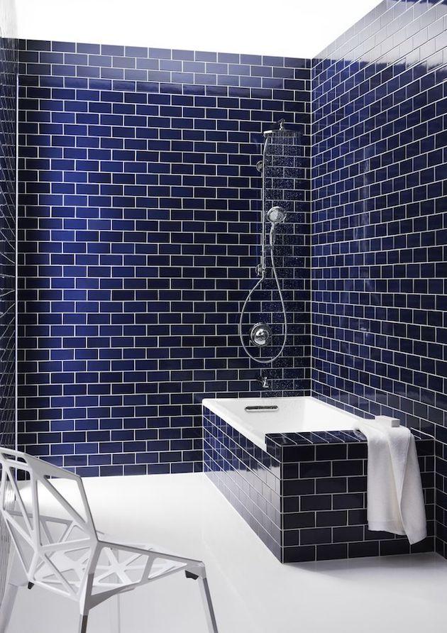 salle de bain bleu marine carrelage mosaique