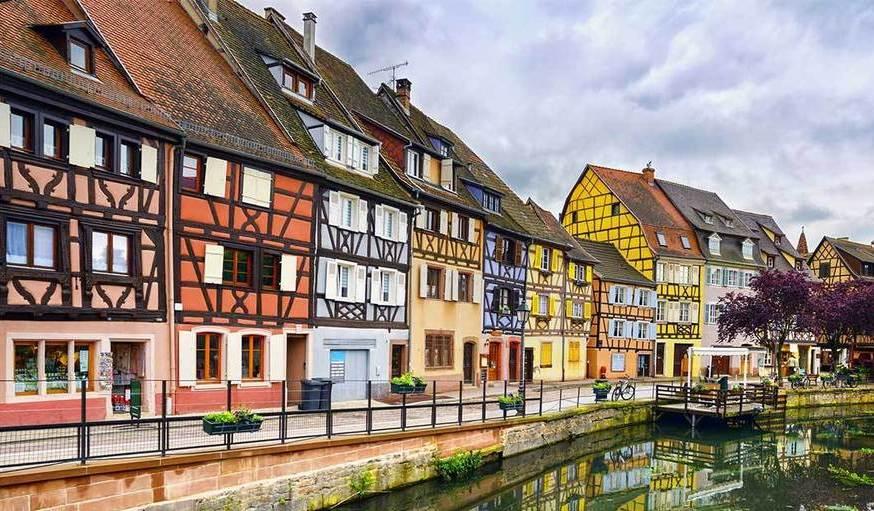 repeindre des volets en bois en Alsace petite France canaux coloré maison multicolore