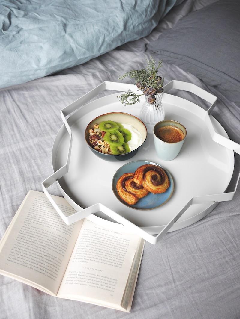 bouquiner et prendre le petit déjeuner au lit avec Serax