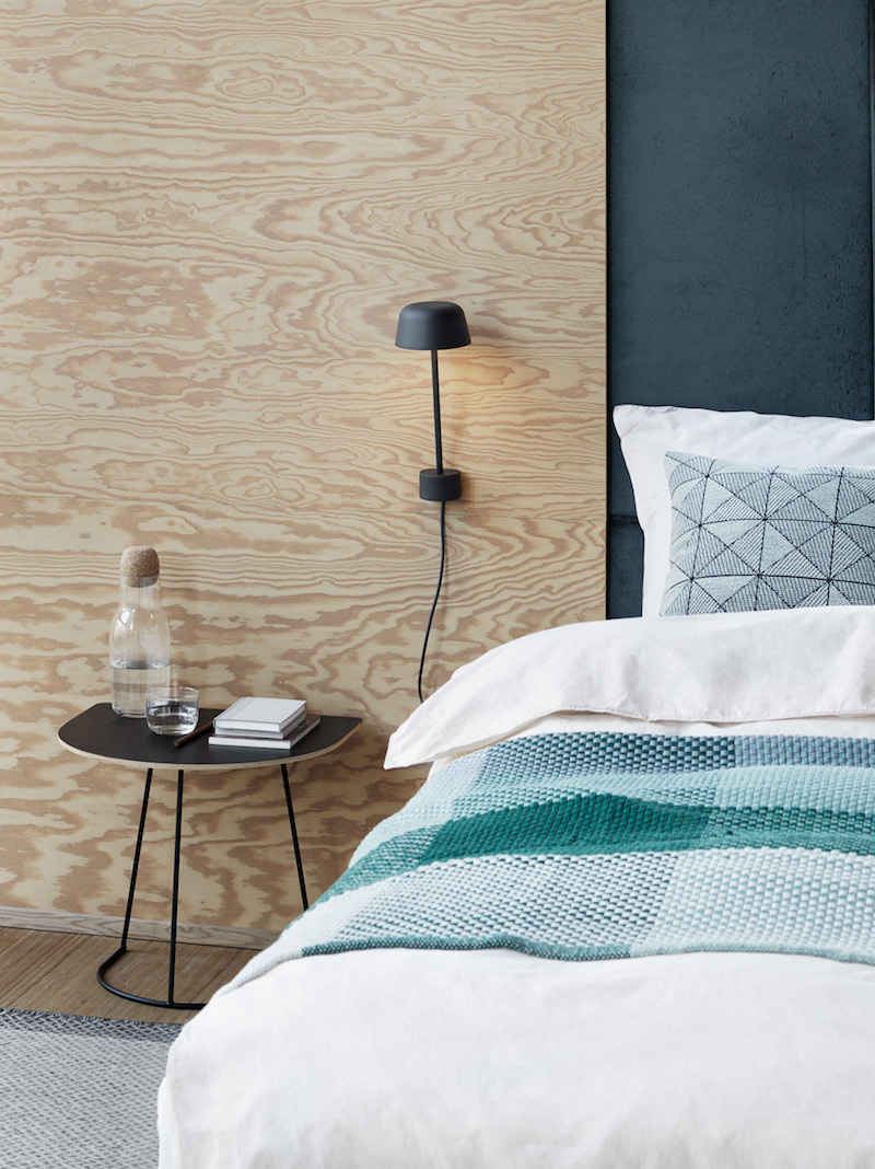chambre minimaliste scandinave bleu et panneau bois muuto
