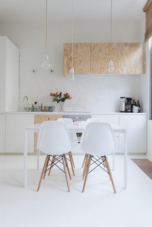 le meuble en contreplaqué dans la cuisine permet de créer une atmosphère scandinave et minimaliste lorsquil est associé au blanc.