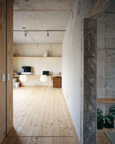Le meuble en contreplaqué fonctionne parfaitement avec la tendance scandinave et associé au béton ciré il complète la décoration minimaliste.