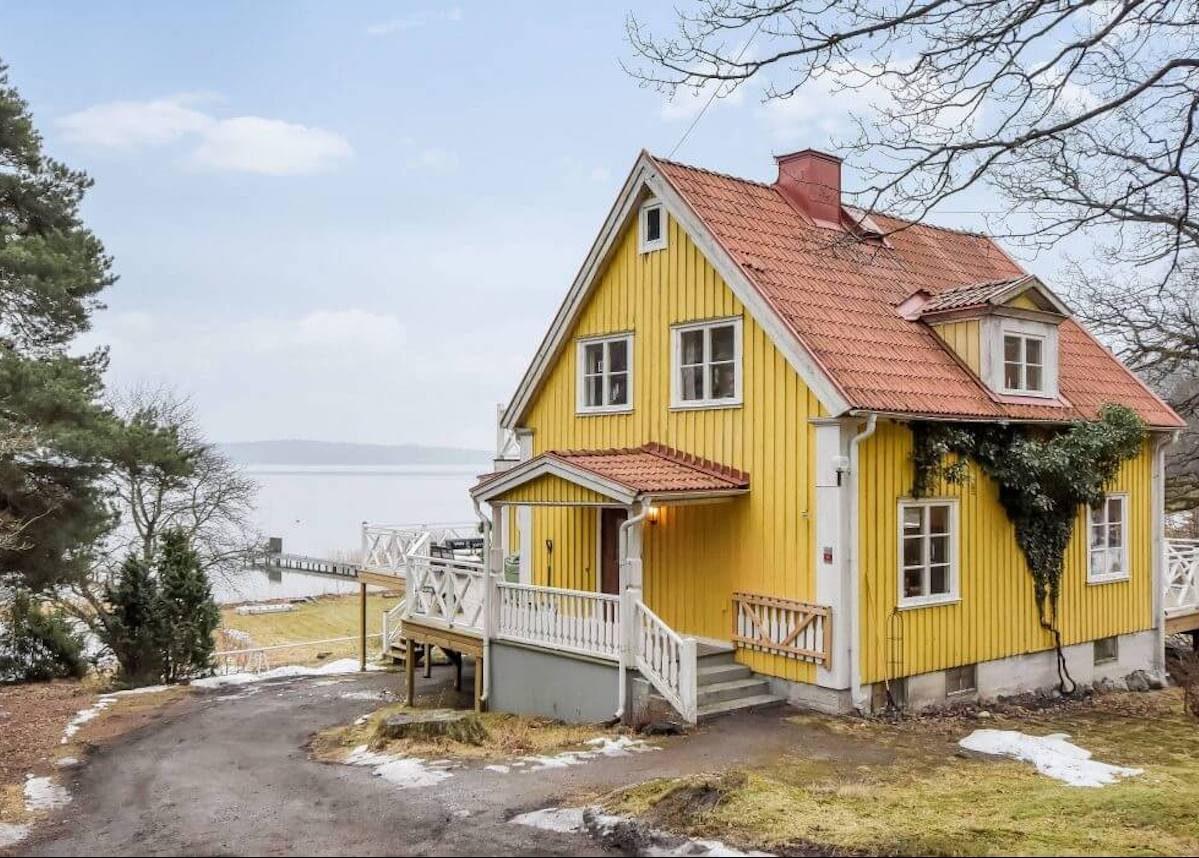 maison jaune Suède au bord du lac de Tyresö
