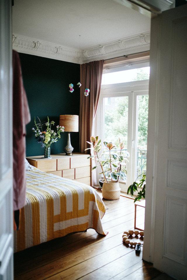 chambre avec moulure et mur peinture verte