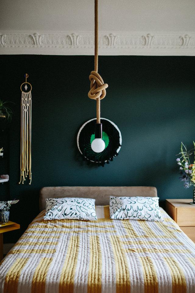 Pour sa chambre Melodie Michel Berger a choisi la peinture verte de farrow and ball et de touche deco boho boheme chic