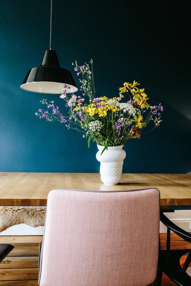 salle a manger bleu et rose fleurie minimaliste