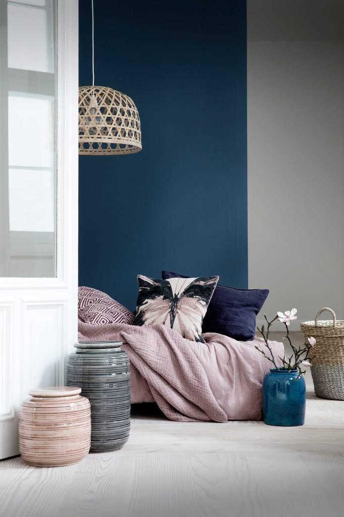 décoration en rotin dans la chambre scandinave rose pale et bleu marine pantone 2020 classic blue vase fleur de cerisier