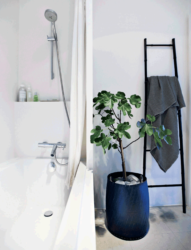 salle de bain noire et blanche décoration minimaliste