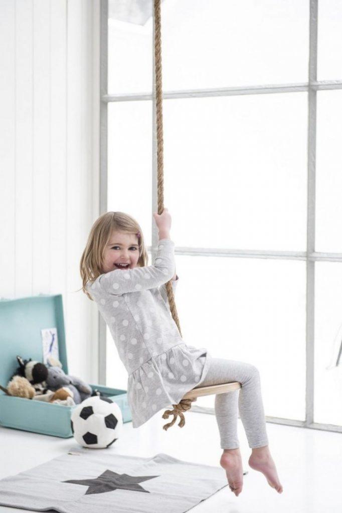 détourner le tabouret IKEA frosta en pin pour en fabriquer une balançoire intérieure - blog déco - Clem Around The Corner