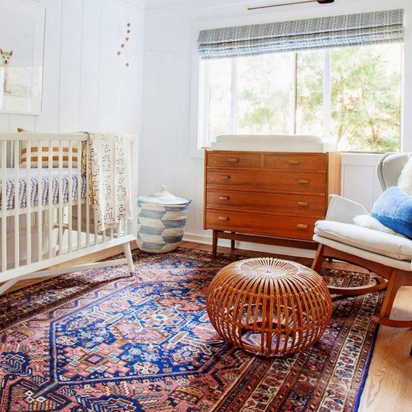 Dans cette chambre enfant au style scandinave vintage le grand tapis persan apporte la couleur et la personnalité