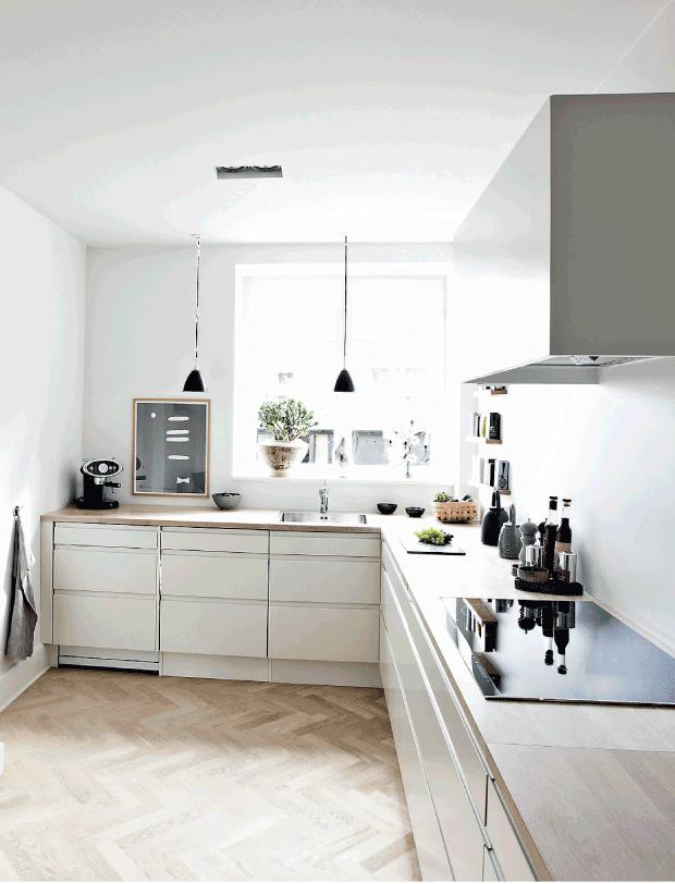 grande cuisine minimaliste et lumineuse blanche