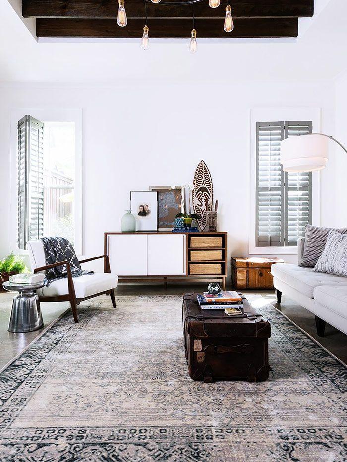 salon style colonial avec fauteuil scndinave vintage et tapis persan
