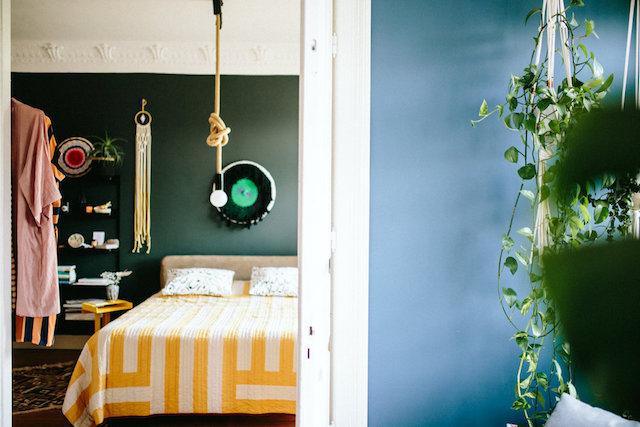 Appartement moulures et murs de couleur vert blue