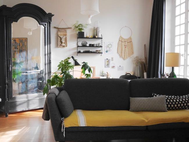 séparer deux espaces du salon noir avec un canapé