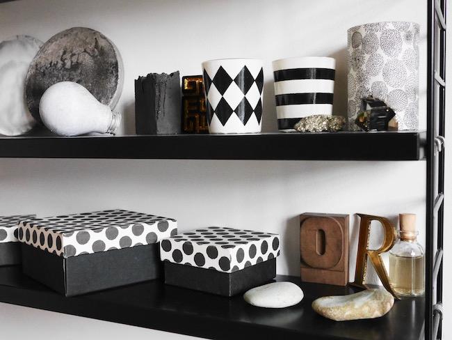 salon noir et blanc étagère minimaliste style scandinave clemaroundthecorner.com